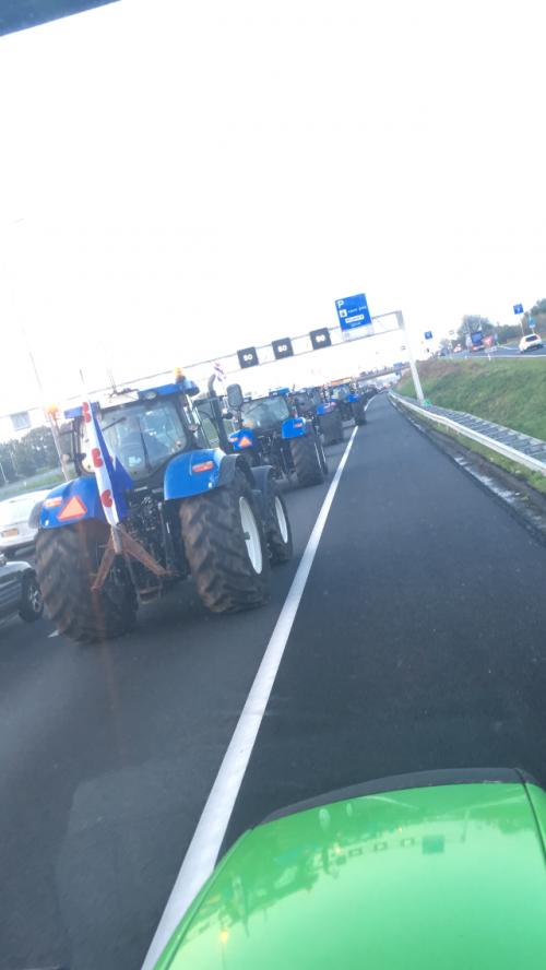Foto van een New Holland Meerdere  Meer blauw op straat zeggen ze toch? 💪🏻. Geplaatst door ronald-deutz-fahr op 19-10-2019 om 09:15:37, met 23 reacties.