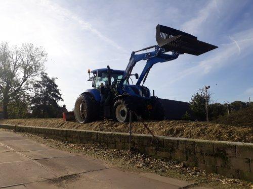 Foto van een New Holland T 6.145. Geplaatst door jeet op 26-10-2019 om 20:58:46, op TractorFan.nl - de nummer 1 tractor foto website.