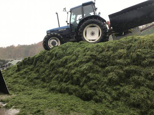 Foto van een New Holland 7840 kwam weer verassend veel gras af. Helaas werd het niet alleen over de bult verdeelt en hebben we weer een hoop gevorkt vandaag...