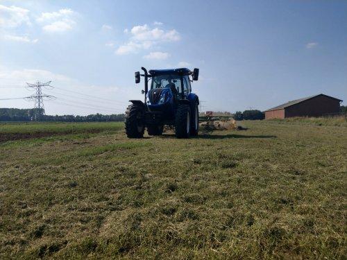 Foto van een New Holland T 6.125s. even terug na afgelopen zomer. Dagje gras harken. Geplaatst door NewHollandT6010 op 05-11-2019 om 22:21:56, op TractorFan.nl - de nummer 1 tractor foto website.