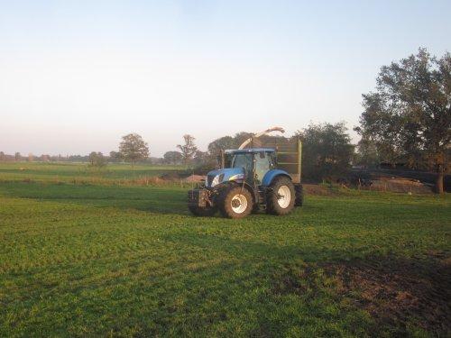 Foto van een New Holland T 7030. Geplaatst door jordi 1455 op 06-11-2019 om 22:57:36, op TractorFan.nl - de nummer 1 tractor foto website.