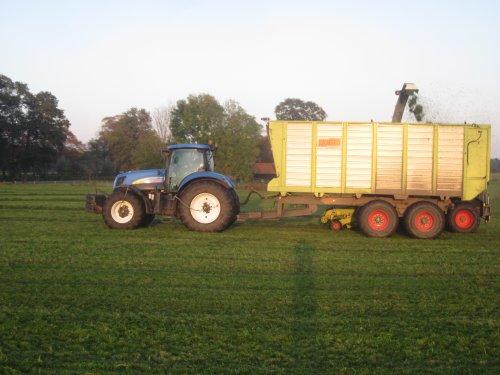 Foto van een New Holland T 7030. Geplaatst door jordi 1455 op 06-11-2019 om 22:57:37, op TractorFan.nl - de nummer 1 tractor foto website.