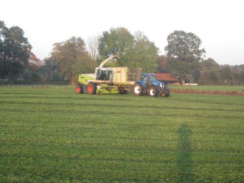 Foto van een New Holland T 7030. Geplaatst door jordi 1455 op 07-11-2019 om 19:19:55, op TractorFan.nl - de nummer 1 tractor foto website.