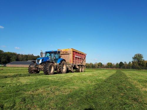 Foto van een New Holland T 7.220, week of 3 terug in het laatste gras, fijne trekker ondanks de ruim 16000 uur op de teller 💪