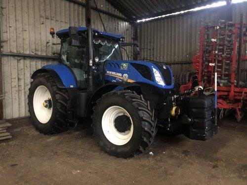 Foto van een New Holland T 7.230. Geplaatst door jellehoekstra op 02-12-2019 om 22:57:09, op TractorFan.nl - de nummer 1 tractor foto website.