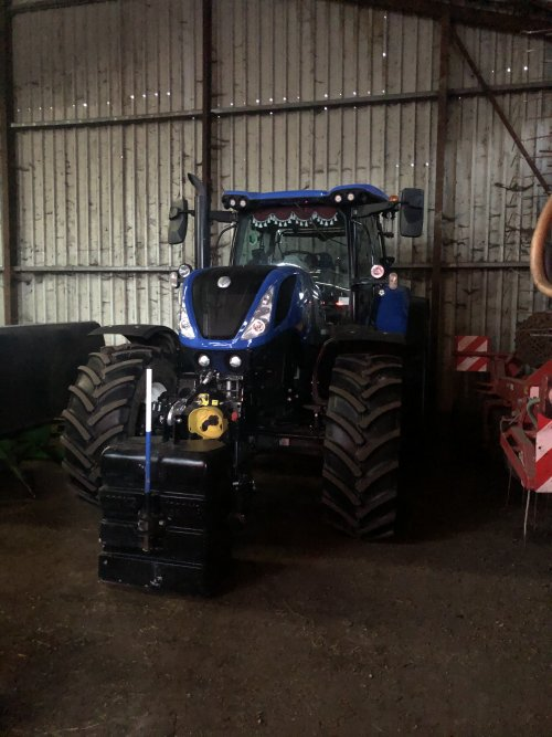 Foto van een New Holland T 7.230. Geplaatst door jellehoekstra op 02-12-2019 om 22:57:13, op TractorFan.nl - de nummer 1 tractor foto website.