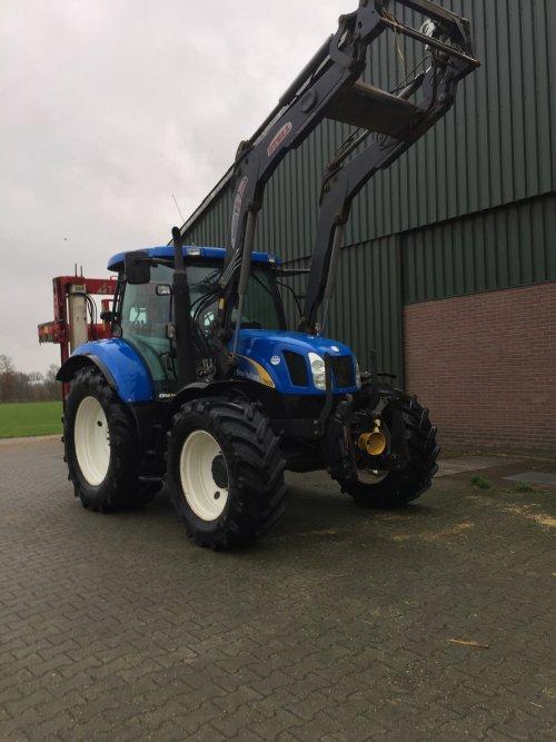 Foto van een New Holland T 6020 gewassen en nieuwe rubbers der aan. Geplaatst door dx3.10 op 04-01-2020 om 20:14:04, met 2 reacties.