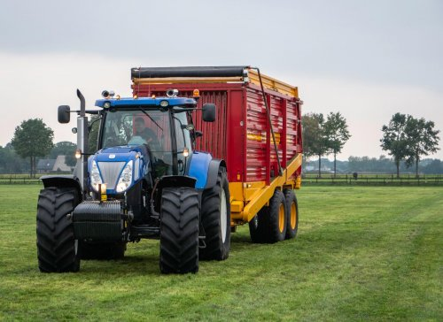 New Holland T 7030 van mini loonwarker