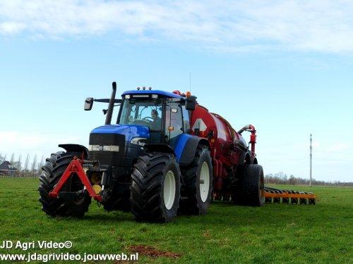 Foto van een New Holland TM 175, Melkveebedrijf van klompenburg uit Hulshorst aan het mest injecteren. ZIE OOK DE VIDEO  https://youtu.be/GV391-8Sjbg