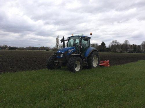 Foto van een New Holland T5.105 met onze nieuwe frees een begin gemaakt om de groenbemester klein te maken