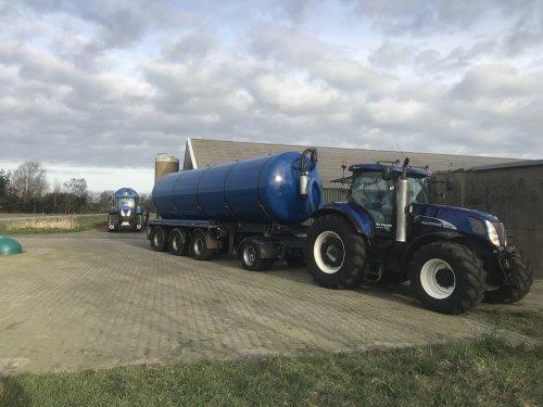 New Holland T7070 en T7050 met transporttanken. Weer een beetje weg gebracht vandaag. Beetje bij beetje komt het op gang 💪