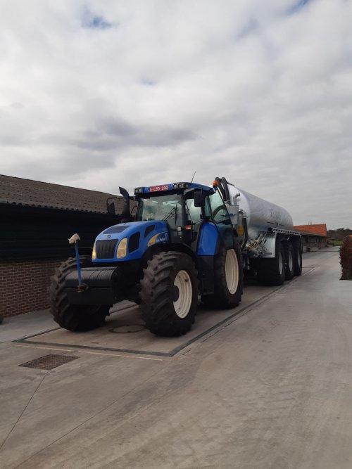 Foto van een New Holland TVT 155 met de nieuwe Dezwaef.. Geplaatst door driesM600 op 22-03-2020 om 21:12:05, met 2 reacties.