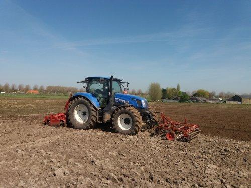 Foto van een New Holland T 6.155 bezig met rotoreggen vo pattjes te planten. Geplaatst door fordtrekkertje op 31-03-2020 om 23:12:04, met 5 reacties.