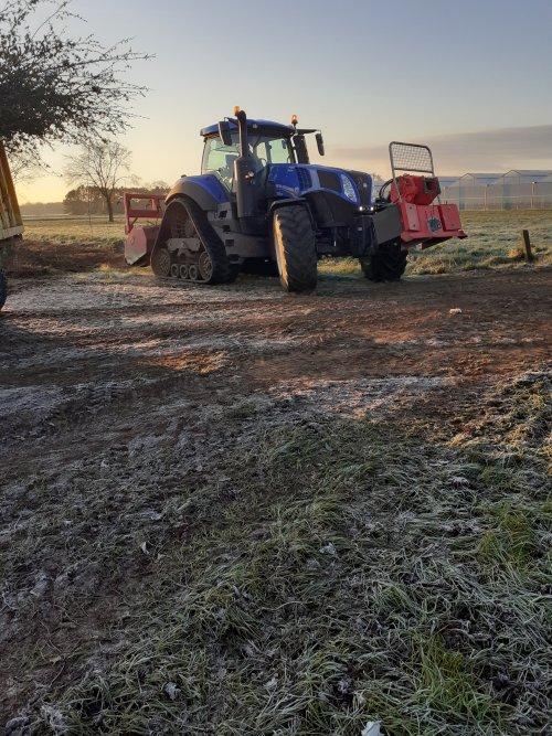 Foto van een New Holland T 8.435. Bosfrezen met groenservice. Geplaatst door Stijn90 op 04-04-2020 om 22:34:28, op TractorFan.nl - de nummer 1 tractor foto website.
