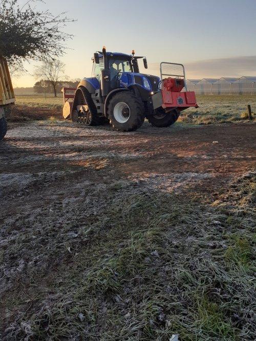 Foto van een New Holland T 8.435. Bosfrezen met groenservice. Geplaatst door Stijn90 op 04-04-2020 om 22:34:30, op TractorFan.nl - de nummer 1 tractor foto website.