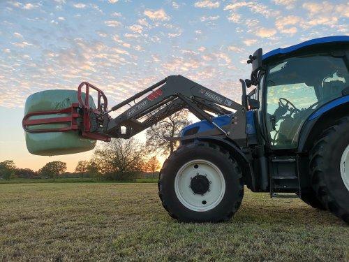 New Holland TS 100 a. Geplaatst door thijs-jacobsen op 08-04-2020 om 09:48:50, op TractorFan.nl - de nummer 1 tractor foto website.