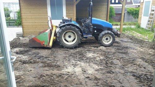 New Holland TCE 50, bezig met achtertuin leegscheppen en daarna weer grond en zand erin scheppen.. Geplaatst door yoohan op 30-04-2020 om 20:04:54, met 12 reacties.