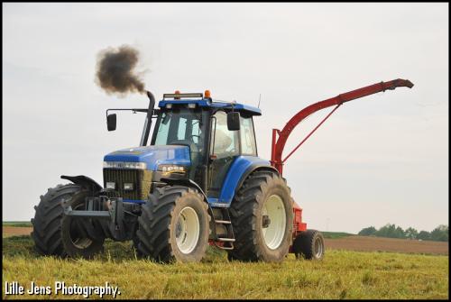 De landbouwer haalt zijn gras binnen.. Geplaatst door Lille Jens op 11-05-2020 om 17:52:36, met 2 reacties.