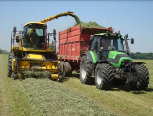 Foto van een New Holland FX 50 van de toen nog loonwerker claikens (Clavan) samen met een van zijn deutzen agrotron 150 samen met zijn record s1600 die hij zowel als silagewagen en als mestverspreider gebruikte. Gras hakselen in 2010