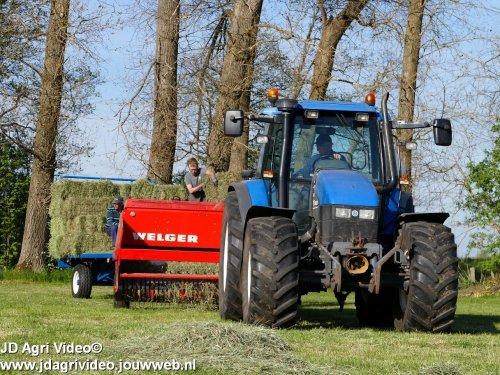Foto van een New Holland TS 115, Loonbedrijf Rijk van Engelen uit Nunspeet aan het baaltjes persen. ZIE OOK DE VIDEO  https://youtu.be/TmrWgSdbsFM