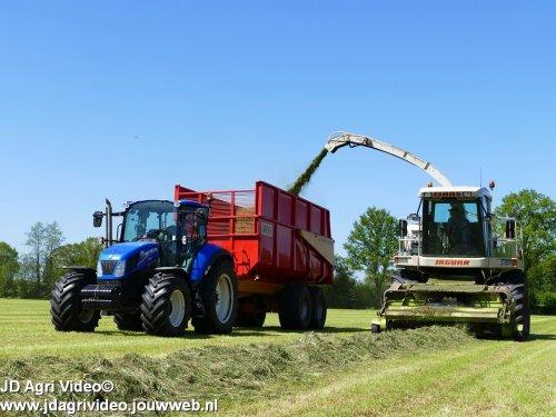 Foto van een New Holland T 5.105 , Melkvee en Loonbedrijf Loman uit Harfsen aan het gras hakselen. ZIE OOK DE VIDEO  https://youtu.be/iq3tZYwwEgg