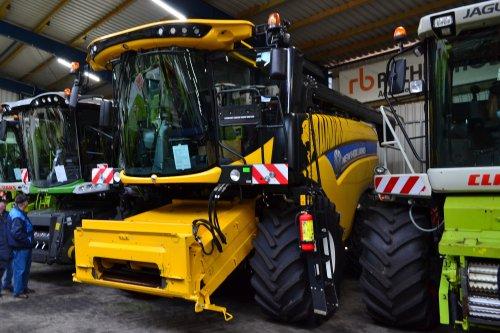 Foto van een New Holland Combine. Afdeling gebruikte machine's.. Geplaatst door Lucas Ensing op 19-06-2020 om 18:14:21, op TractorFan.nl - de nummer 1 tractor foto website.
