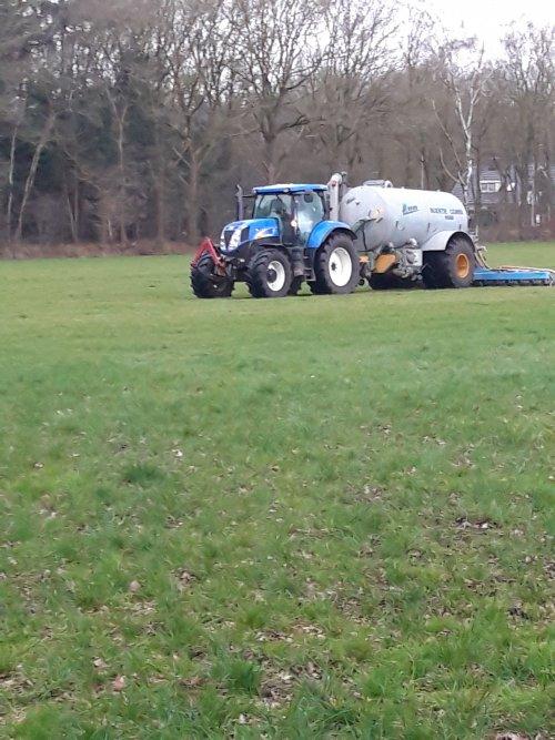 Foto van een New Holland T 6030 Met Meyco tank. Druk met bemesten afgelopen voorjaar.. Geplaatst door ford4100 op 03-07-2020 om 22:47:25, met 2 reacties.