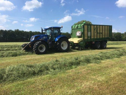 Foto van een New Holland T 7.245 van Loonbedrijf Lolkema (tijnje) ×.. Geplaatst door valmet8400power op 07-07-2020 om 19:12:51, op TractorFan.nl - de nummer 1 tractor foto website.