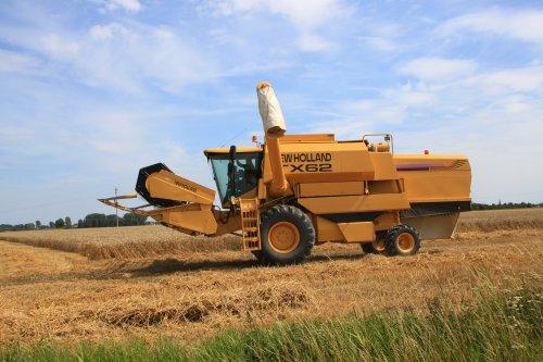 Foto van een New Holland TX 62. Geplaatst door alfredo op 24-07-2020 om 14:32:09, op TractorFan.nl - de nummer 1 tractor foto website.
