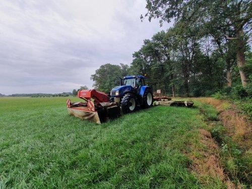 Foto van een New Holland TVT 170 met kuhn triple maaiers aan het grasmaaien. Geplaatst door Fordje4600 op 24-08-2020 om 12:44:21, met 7 reacties.