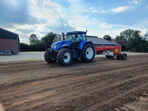 Foto van een New Holland TVT 170, vandaag kalk gezaaid, gekilverd en gras ingezaaid. Geplaatst door Fordje4600 op 07-09-2020 om 17:50:27, met 3 reacties.