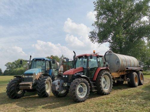 Foto van een New Holland TS 100 en een New holland 8360 bezig met bemesten.. Geplaatst door joostmc-cormick op 11-09-2020 om 08:32:31, met 2 reacties.