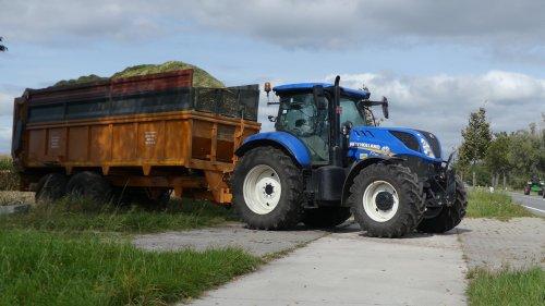 Grond - en loonwerken Van Roey uit Balen mais hakselen met hun Krone Big X 500 met EasyCollect 603 . Bijgestaan met 3 afvoer combi's : - Fendt 712 met Record silage wagen met tractie (niet op video) - Massey Ferguson 7620 met Claas Cargos 9500 - New Holland T 7.190 met Dezuere silage wagen met tractie , tractor van de klant zie ook video : https://youtu.be/UxVMJh9qKbY