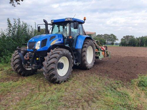 Foto van een New Holland TVT 170, vandaag nog een paar hectare gras gezaaid. Geplaatst door Fordje4600 op 01-10-2020 om 20:42:38, met 11 reacties.