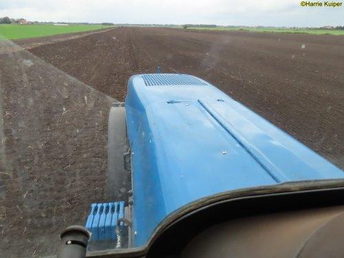Foto van een New Holland TM 125 van G.Horstman uit Nw-Weerdinge aan het graszaaien. Hij heeft deze machine zelf in deze uitvoering gebouwd.