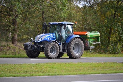 Foto van een New Holland T 6.175. Rondweg Emmen.. Geplaatst door Lucas Ensing op 12-10-2020 om 22:59:31, op TractorFan.nl - de nummer 1 tractor foto website.