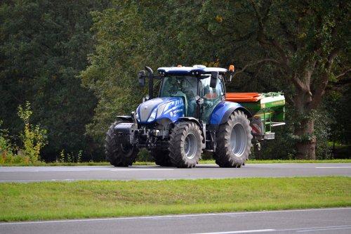 Foto van een New Holland T 6.175. Rondweg Emmen.. Geplaatst door Lucas Ensing op 12-10-2020 om 22:59:33, met 2 reacties.