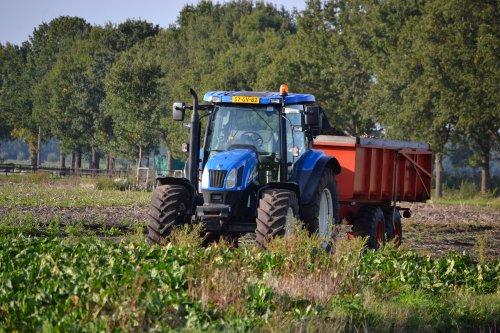 Foto van een New Holland TS 110 A. Langs de N34 bij Klijndijk.. Geplaatst door Lucas Ensing op 13-10-2020 om 21:25:56, met 2 reacties.
