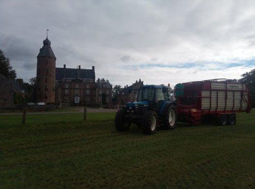 Foto van een New Holland 6640  Laatste grasjes inkuilem dit jaar. Geplaatst door newholland6640 op 15-10-2020 om 19:09:00, met 2 reacties.