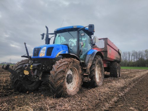 Foto van een New Holland TS 110 A . Laatste aardappelen proberen eruit te halen.. Geplaatst door mklok op 14-11-2020 om 06:50:22, met 4 reacties.