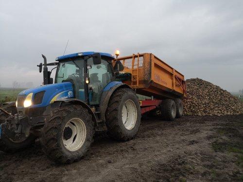 Foto van een New Holland TS 110 A, de laatste bieten van groeiseizoen 2020 aan de hoop gereden.. Geplaatst door NHtvt135 op 09-12-2020 om 12:50:11, met 2 reacties.