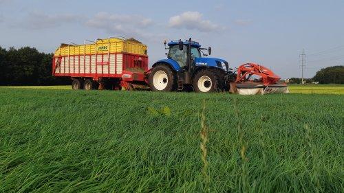 Stalvoercombi. Meestal de wagen voor 3kwart vol in de hoogte, zodat het gras minder geperst wordt. 3,5 meter voorin. Scheelt een keer heen en weer