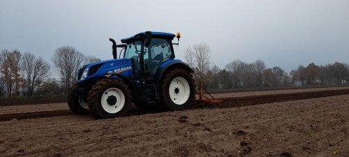 Foto van een New Holland T 6.125 s  bezig met bieten land lostrekken. Geplaatst door NewHollandT6010 op 16-12-2020 om 22:26:09, met 3 reacties.