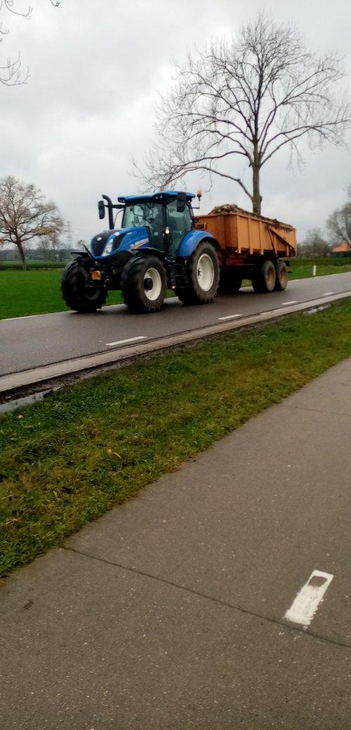 Foto van een New Holland T 6.120 met de kieper met bieten.. Geplaatst door Juri-johndeere op 28-12-2020 om 10:02:04, met 4 reacties.