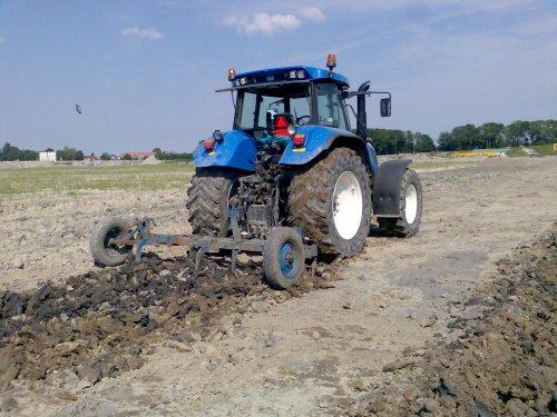 Foto van een New Holland TVT 155, bezig met ploegen / eggen.. Geplaatst door cees op 28-06-2008 om 23:55:22, met 5 reacties.