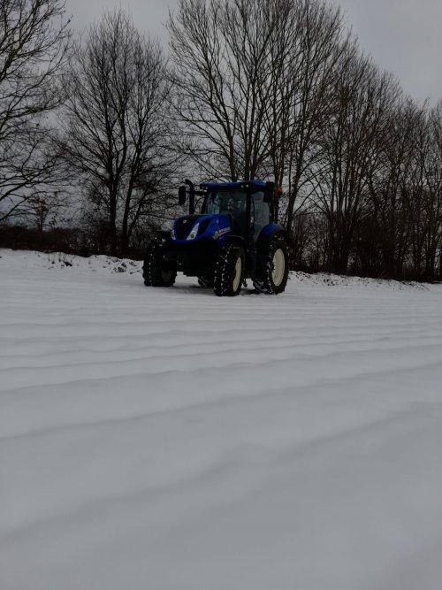 Foto van een New Holland T 6.125s poseren in het sneeuw 9-2-2021. Geplaatst door NewHollandT6010 op 11-02-2021 om 14:34:53, met 2 reacties.