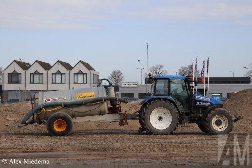 Hier zie je Sterk - Heukelum B.V. (Heukelum) × met een New Holland TS 115.  Werkzaamheden bij nieuwe kantoor bestelbus.nl in Vuren.