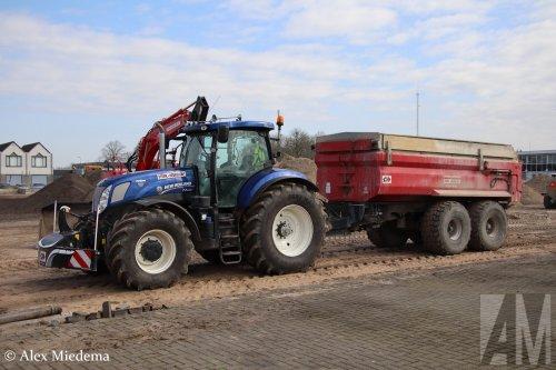 Op deze foto is Sterk - Heukelum B.V. (Heukelum) × actief met een New Holland T 7.270.  Werkzaamheden bij nieuwe kantoor bestelbus.nl in Vuren.