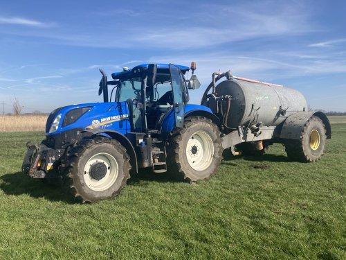 Foto van een New Holland T7.165s met mesttank. Na z'n 230 tankjes de mest er weer op.. Geplaatst door Ruben-Wind op 04-04-2021 om 13:44:59, met 3 reacties.