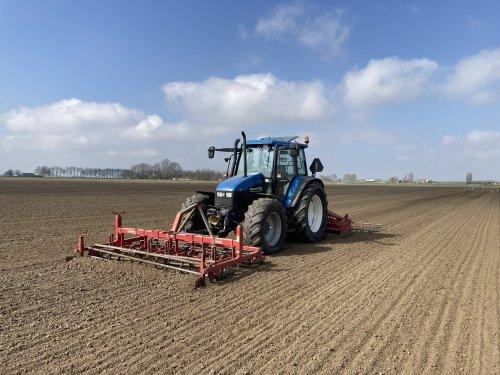 Foto van een New Holland TS 100. Laatst het bietenland klaargelegd met deze combinatie.. Geplaatst door Daanfordje op 04-04-2021 om 23:24:10, met 2 reacties.